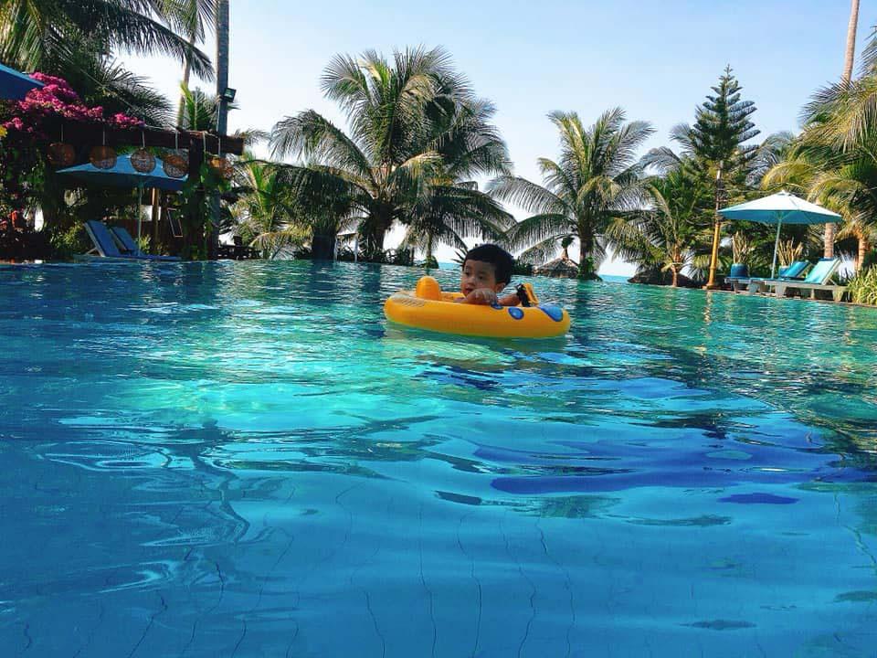 hồ bơi tràn bờ, hồ bơi cạn cho trẻ em.